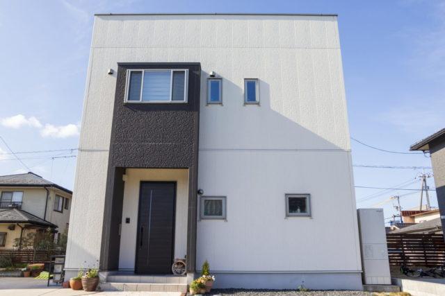 白く塗られた住宅の外壁